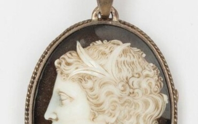 Silver brooch with a large cameo on sardony representing a woman in profile. Dimensions: 4 x 6 cm (with belly). Gross weight: 42.5g