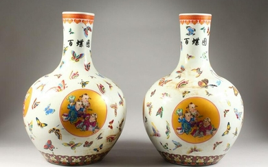 A LARGE PAIR OF CHINESE PORCELAIN BULBOUS VASES