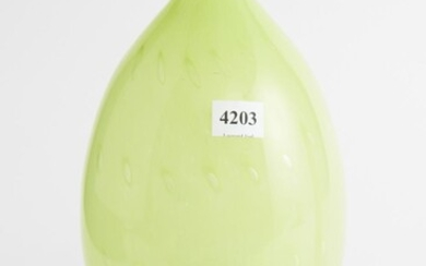 A VINTAGE CHARTREUSE OPALESCENT CASED GLASS VASE WITH CONTROL AIR BUBBLES H.25CM, LEONARD JOEL LOCAL DELIVERY SIZE: SMALL