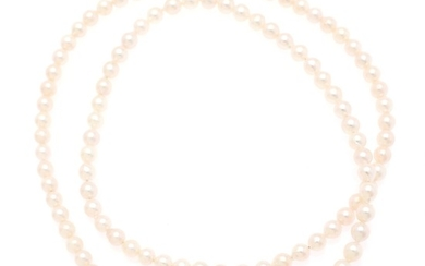 A pearl necklace set with numerous cultured pearls and a clasp of partly gilded sterling silver. Pearl diam. app. 7 mm. L. incl. clasp app. 83.5 cm. (2)