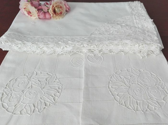 Fabulous lot - Sheet with bobbin lace and manual embroidery + 2 century-old towels in pure linen (3) - 100% cotton sheet and linen towels - Second half 20th century