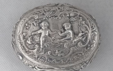 Large oval box with playing puttis - .800 silver - J.D. Schleissner & Söhne - Germany - Late 19th century