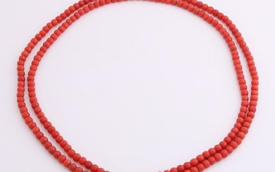 Necklace of red coral with yellow gold clasp, 585/000.