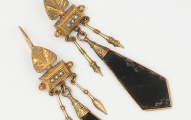Pair of earrings in 9K yellow gold, decorated with palmettes and seed beads holding in pendants an onyx plate with two spinning tops. Swan neck clasp. Length: 6.5cm. Gross weight: 6.9g.