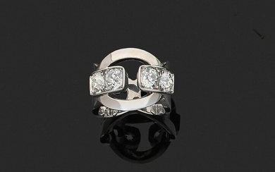 RING in 750 thousandths openwork white gold, the centre adorned with four round and cushion-cut diamonds. Finger size: about 49 (balls). Gross weight: 13 g. Assumed weight of the four diamonds about 0.50 to 0.70 ct each. (missing one diamond). Ring in...