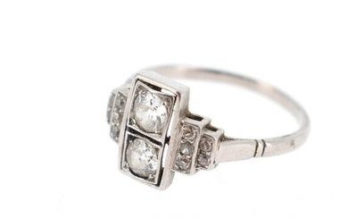Platinum ring (950 °/°°) set with two old cut diamonds in the center, shouldered with 8x8 diamonds arranged in degrees Gross