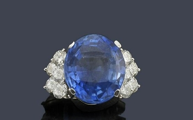 Ring with important oval cut Ceylan sapphire