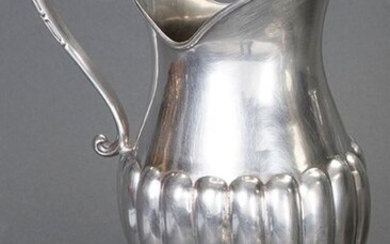 Spanish silver jug with Agruña's marks. Galloned shapes and handle in the shape of a tronapunta. Some dents. Total weight: 575 gr. Height: 25 cm. Exit: 200uros. (33.277 Ptas.)