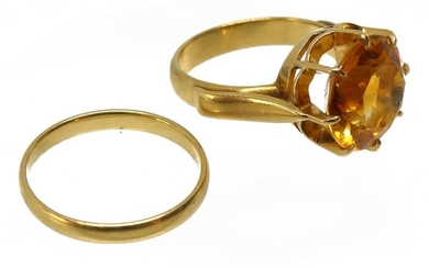 Yellow gold ring set with a faceted yellow fine stone (citrine?). Gross weight 6.8 g TDD 53. An ALLIANCE in yellow gold is attached. Weight 1.9 g.