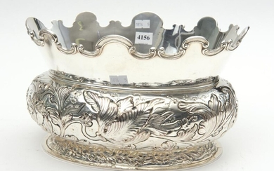 A 19TH CENTURY ENGLISH SILVERPLATE OVAL MONTEITH CENTRE BOWL WITH SCALLOPED EDGES AND FLORAL ENGRAVING W.29CM
