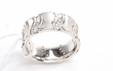 A DIAMOND SET BAND TOTALLING 0.85CTS IN 18CT WHITE GOLD, SIZE P, 9GMS