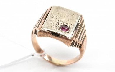 AN ANTIQUE GENTS RUBY SET SIGNET RING IN 9CT GOLD AN STERLING SILVER, SIZE Q