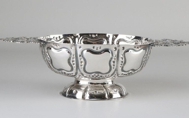 Antique silver brandy bowl, decorated with dots and cartouches placed on an oval base. And equipped with handles with flowers and grapevines. MT .: Probably HJSchuurman, Zwolle, yl .: U: 1783. 24x12x7cm. about 218 grams. In good condition