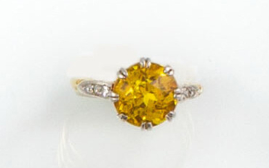 RING in 18K yellow gold holding a yellow sapphire in...