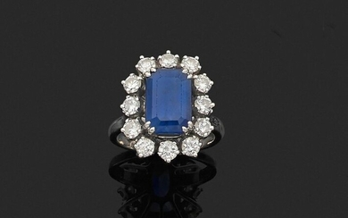 RING in 750 thousandths white gold and 850 thousandths platinum, adorned with a rectangular sapphire in a setting of twelve round brilliant diamonds. Finger size: 49 (balls). Gross weight: 8.6 g. Presumed weight of the sapphire approximately 5.50 to...