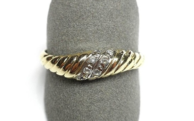 RING in yellow gold, gadrooned ring set with...