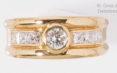 Yellow gold ring, set with a 0.40 carat brilliant cut...