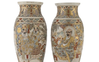 A PARI OF POLYCHROME AND GOLD ENAMELED JAPANESE CERAMIC VASES LATE 19TH - EARLY 20TH CENTURY.