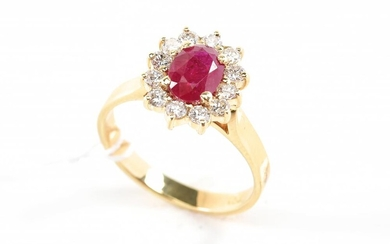 A RUBY AND DIAMOND CLUSTER RING IN 18CT GOLD, SIZE O, 4.3GMS