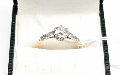 AN ANTIQUE DIAMOND SOLITAIRE RING SET WITH AN OLD EUROPEAN CUT DIAMOND ESTIMATED 1.03CTS, IN PLATINUM AND GOLD, SIZE R-S, 2.9GMS