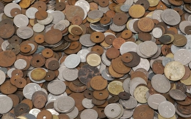 Collection of coins and banknotes from around the world, total weight of 18 kg