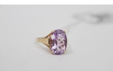 Ladies 9ct Gold Claw Set Amethyst ring 3.3g total weight
