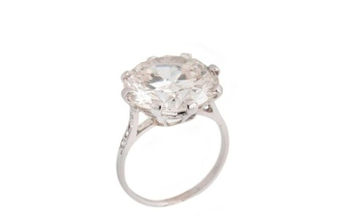 Platinum solitaire ring set with a round diamond of 10,54cts approx. with diamonds on the shoulder, finger size 51, Gross weight: 5,3g