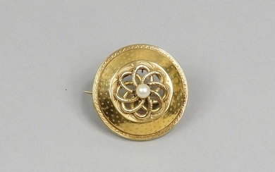 Round brooch in 750-thousandths yellow gold with guilloché...