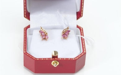 A PAIR OF RUBY AND DIAMOND EARRINGS IN 9CT GOLD, TO POST FITTINGS, LENGTH 15MM, 2GMS