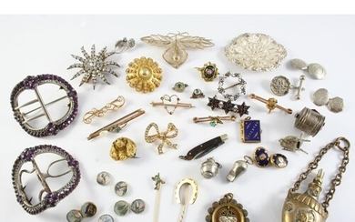 A QUANTITY OF JEWELLERY including a gold horseshoe stick pin...