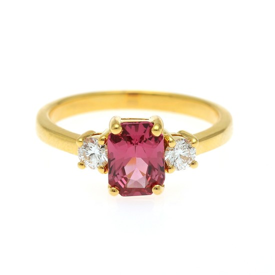 A spinel and diamond ring set with a fancy-cut spinel, app. 1.01 ct., flanked by two brilliant-cut diamonds totalling app. 0.23 ct., mounted in 18k gold.