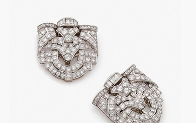 ANNEES 1930 PAIRE DE CLIPS DE REVERS A diamond and platinum pair of clips, circa 1930.