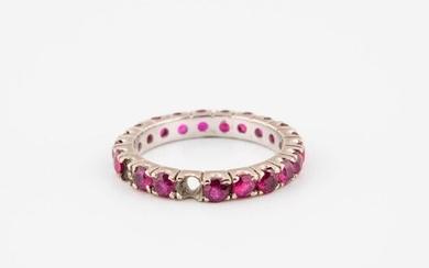 American wedding band in white gold (750) adorned with faceted round rubies in claw-set.