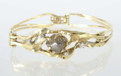 Bracelet from around 1984, jeweller Maar/Radolfzell, yellow gold 750, handcrafted/unique, bracelet made of 3 curved, rustic forged elements, openworked, the middle piece set with a large rough diamond (ca. 5,2 ct) and 4 diamonds (total ca. 0,17 ct)...