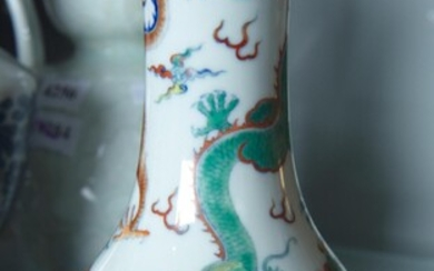 CHINESE VASE WITH DRAGON MOTIF