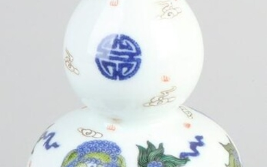Chinese porcelain knob vase with Foo dogs in the cloud