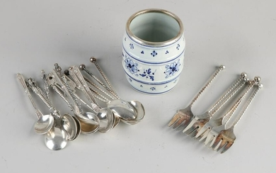 Delft spoon vase with a silver rim filled with 5 silver