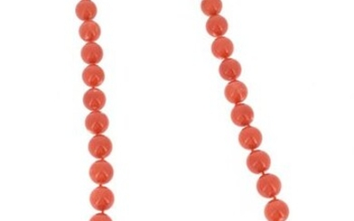 Necklace of coral pearls arranged in a slight drop, the clasp in 18 K (750 °/°°) yellow gold set with 8x8 cut diamonds, with safety chain.