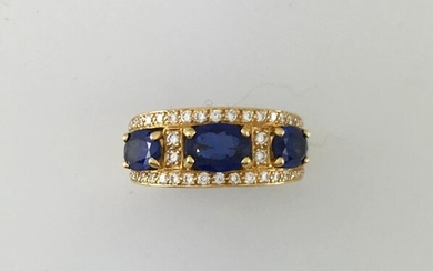 Ring in 750°/°°gold with 3 sapphires totaling 3,20 cts approx. set with a diamond ring, Finger size 54, Gross weight: 10,55g
