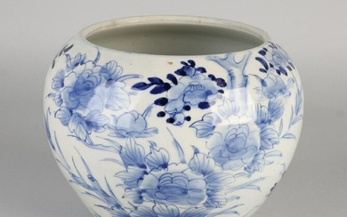 18th century Chinese or Japanese porcelain flower pot