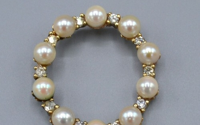 A 9ct Yellow Gold Brooch set with cultured pearls and diamon...