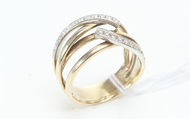 A DIAMOND DRESS RING IN TWO TONE 10CT GOLD, DIAMONDS TOTALLING 0.30CTS, SIZE N-O, 5.9GMS