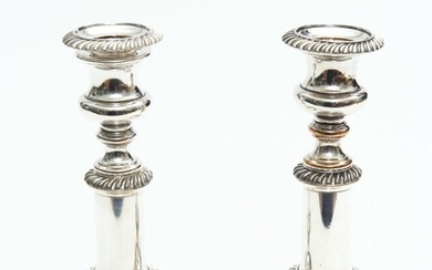 A PAIR OF GEORGIAN SHEFFIELD PLATE TELESCOPIC CANDLESTICKS, 20.5 CM HIGH, 23 CM HIGH EXTENDED, LEONARD JOEL LOCAL DELIVERY SIZE: SMALL
