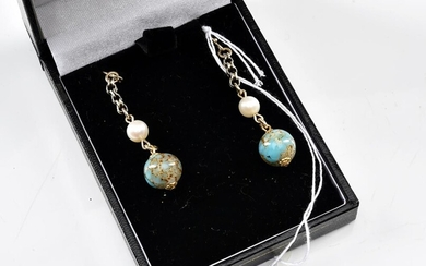 A PAIR OF TURQUOISE, CULTURED PEARL DROP EARRINGS IN SILVER GILT, TOTAL LENGTH 40MM