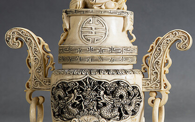 Censer in carved ivory with touches of black. China, early 20th century. Height: 18 cm. Exit: 200uros. (33.277 Ptas.)