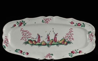 France Very large dish with Chinese decoration playing at the wheel 18 / 19th C.