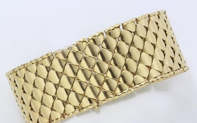 Gold bracelet ribbon 750 thousandths, composed of tortoiseshell links edged with twisted patterns. It is embellished with a ratchet clasp with safety chain. French work circa 1950. (small deformations)