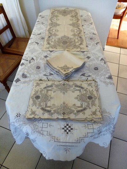 Large hand embroidered tablecloth with 12 Napkins - 8 Placemats - Table runner - Madeira Island - Linen - Second half 20th century