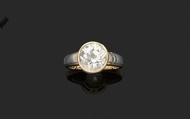 RING in yellow gold 750 thousandths and platinum 850 thousandths, decorated with a round diamond of old cut set closed. Finger size : 49. Gross weight : 5,7 g. Presumed weight of the diamond approximately 2.90 to 3.10 ct. (grindings). Yellow gold and...