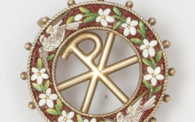 """Round brooch with """"Chrism"""" motif in gilt vermeil decorated with micro-mosaic with flower and dove decoration. Diameter : 2,7cm. Weight : 6,5g."""